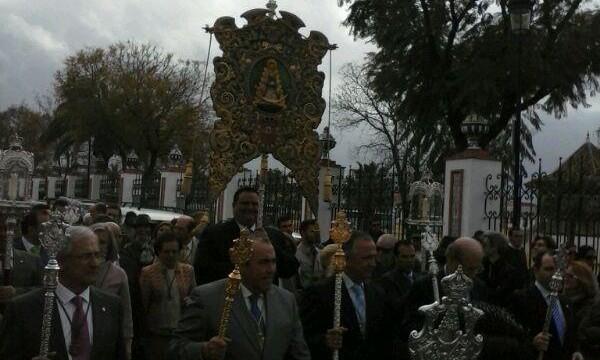 Los onubenses arropan a la Hermandad del Rocío de Huelva en su tradicional peregrinación ante la Blanca Paloma