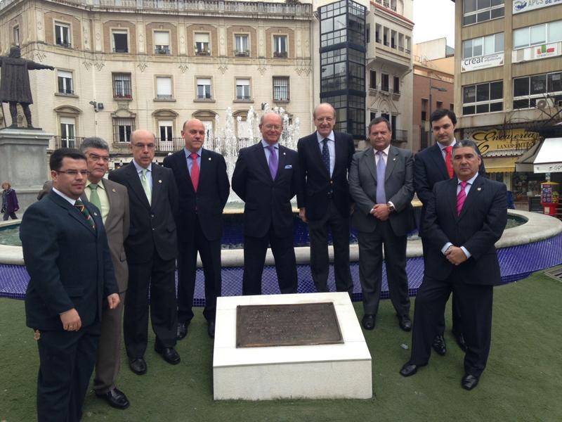 La placa fue descubierta por la Hermandad y el alcalde de Huelva en la plaza de las Monjas