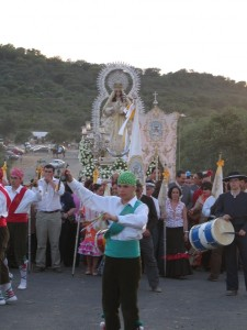 La danza de los cirochos ante la Virgen de Piedras Albas.