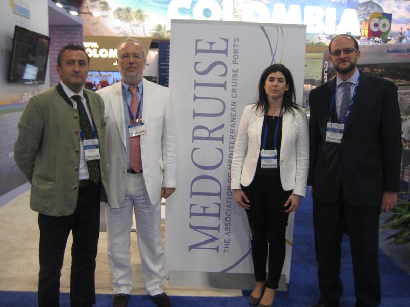 El jefe del Departamento Comercial y de Marketing del Puerto, Manuel Vega, dos representantes de Medcruise y el director del Puerto de Huelva, Pedro García.