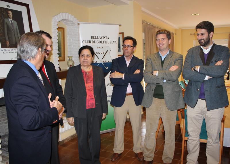 La presidenta del Puerto con miembros del Club de Golf de Bellavista.