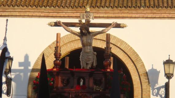 El Santo Cristo del Mar y María Santísima de los Dolores procesionan el Viernes por las calles de Punta Umbría
