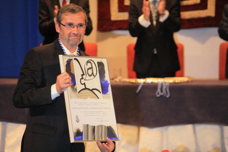 El presidente de la Asociación de la Prensa, Rafael Terán, recogiendo la Medalla de Huelva el pasado enero.