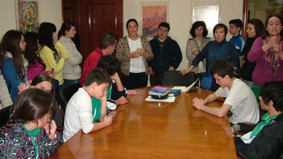 Unos 200 alumnos de siete centros educativos de Huelva conocen la gestión en materia de igualdad