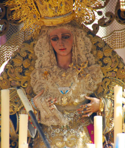 Vitoria de Huelva con el pañuelo de bolillo de seda realizado por Loli Reyes.