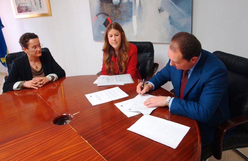 En la fotografía, de izquierda a derecha, la concejala de Servicios sociales, igualdad y mayores del consistorio, Ana María González, la presidenta de Asome, Ana Beatriz Calbarro, y el alcalde de Aljaraque, David Toscano.
