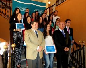 El rector de la UHU y el presidente de la Fundación con los 17 becados en el curso 2012-2013