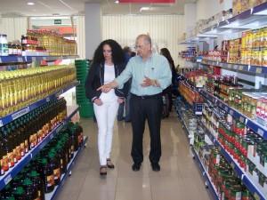 La delegada del ramo, Lourdes Martín, ha realizado una visita a las instalaciones de este supermercado.