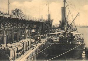 """SS """"Don Hugo"""" atracado en 1903 en el Muelle de Minerales de la RTC, en el Odiel. Fotografía del onubense Diego Calle."""