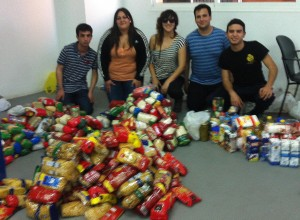 Los jóvenes fundadores de Almacén Solidario junto a parte de los alimentos recaudados.