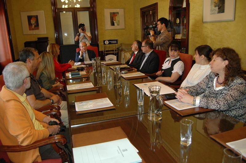 Pedro Rodríguez junto a diversos representantes de Asnia.