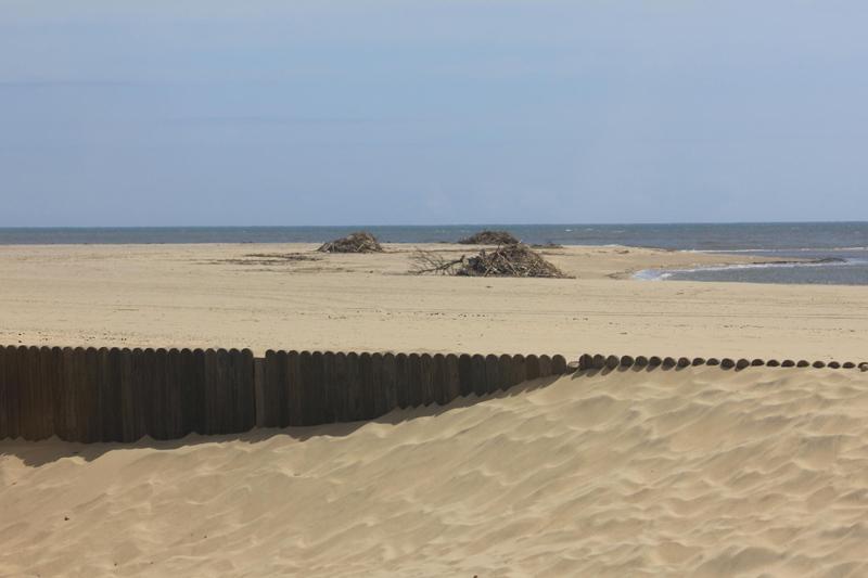 La playa de Ayamonte está siendo sometida a labores de limpieza.