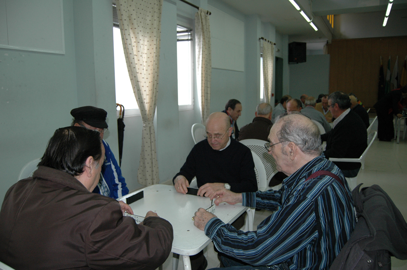 Los mayores juegan al dominó.