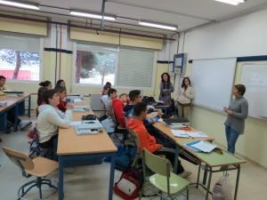Sesión del taller de prevención de alcoholismo en el Instituto Francisco Garfias de Moguer.