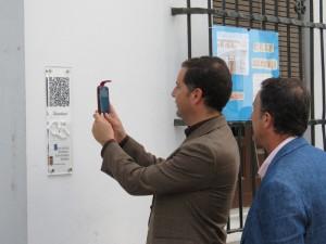 El alcalde de Moguer prueba los nuevos códigos.