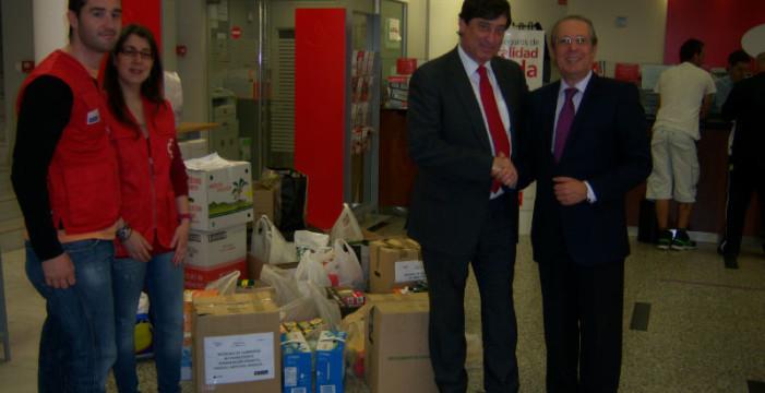 Entregan un lote de alimentos y productos higiénicos a Cruz Roja Huelva