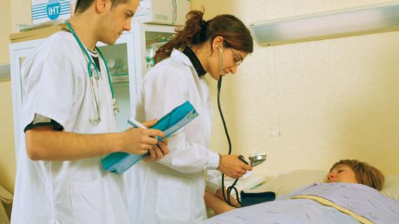 La contratación de profesionales en Huelva para garantizar la atención sanitaria este verano crece un 28%