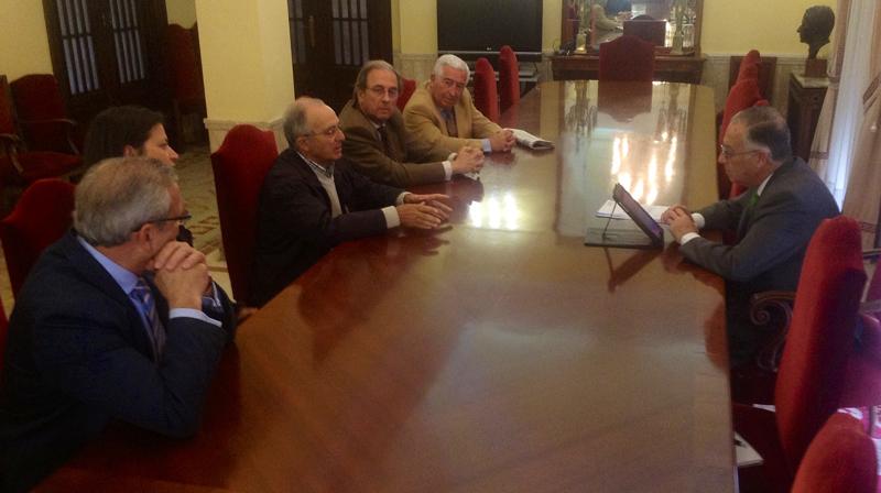 Reunión entre el subdelegado del Gobierno y los estanqueros de Huelva.