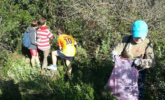Alumnos del CPR Adersa 1 de Fuenteheridos realizan una limpieza selectiva en el Mirador de la Peña
