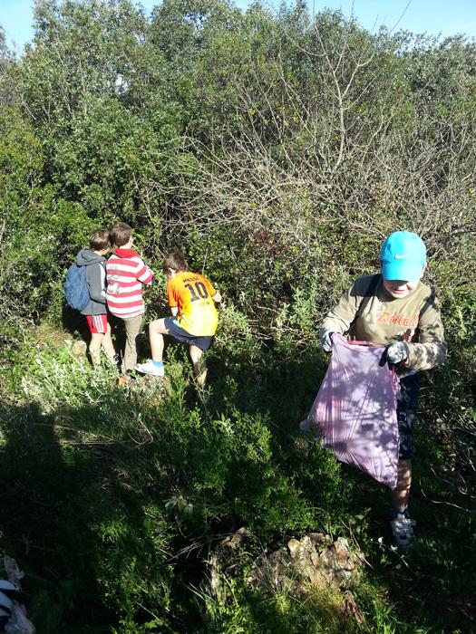 Los pequeños contribuyeron con esta actividad a cuidar el paraje natural.