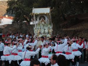 Los lanceros bailan de cara a la Virgen de la Tórtola.