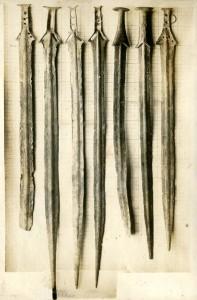 Espadas encontradas en la Ría de Huelva en 1923. Fotografía original de la fecha del descubrimiento