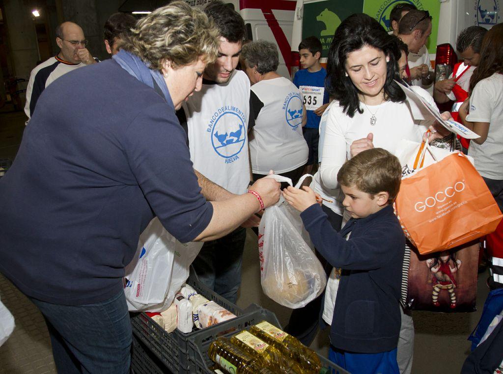 La I Carrera Infantil solidaria 'Kilos x Km' consigue reunir más de tres mil kilos de alimentos.