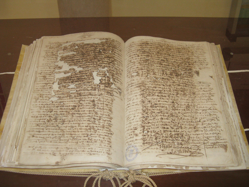 Libro de Actas Capitulares de La Palma donde Cervantes firmó tras regresar a la localidad después de culminar su restauración.
