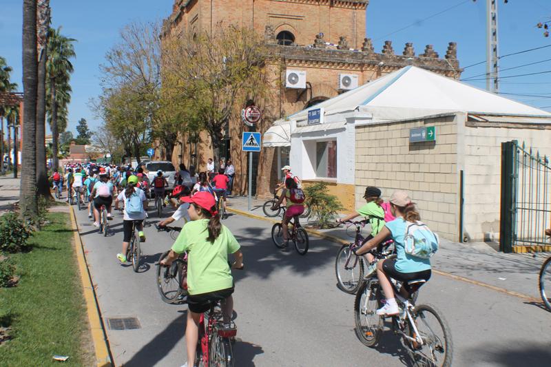 Los niños celebran el Día de la Bicicleta en La Palma.