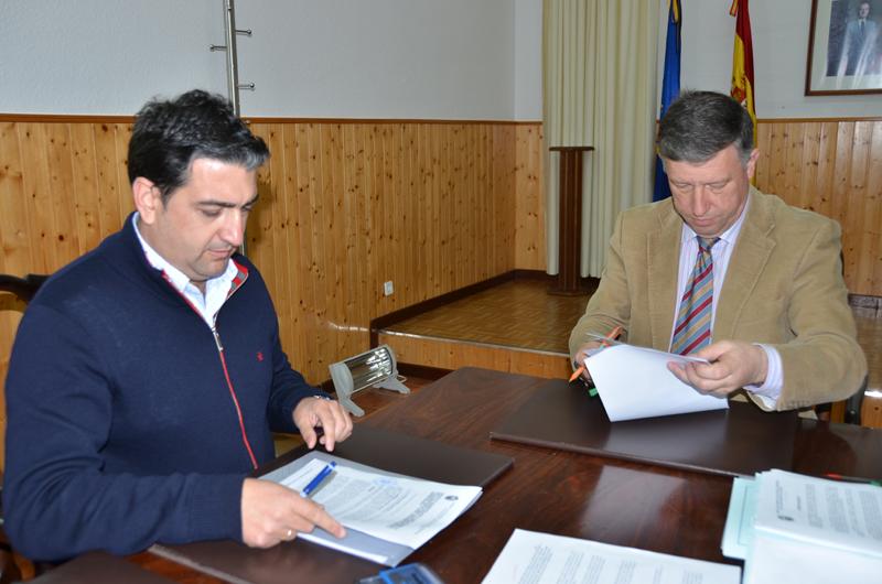 El alcalde de Palos firma el convenio para organizar el curso.