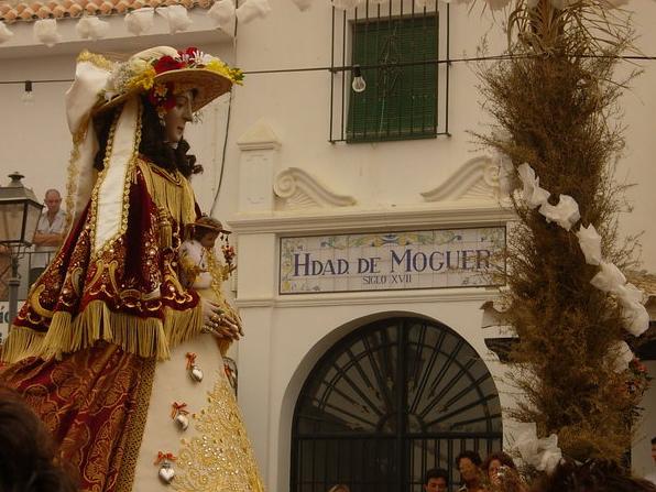 La Virgen del Rocío, ante la casa hermandad de Moguer en El Rocío.