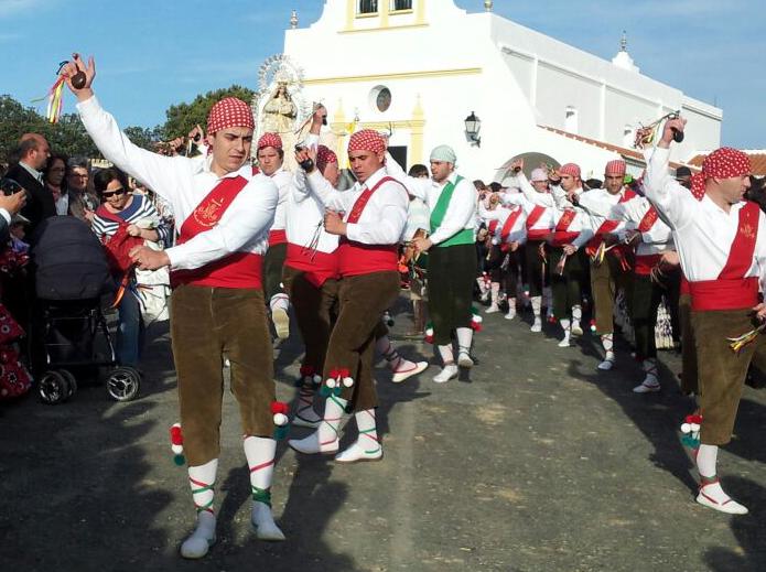 Los cirochos bailan ante la Virgen de Piedras Albas.