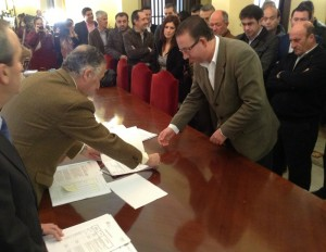 Los alcaldes de 35 localidades han recogido la documentación.
