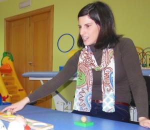 Una de las trabajadoras del Cait realizando actividades con uno de sus alumnos.