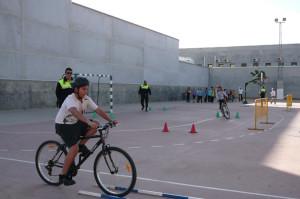 Los niños aprenden cómo circular en bicicleta.
