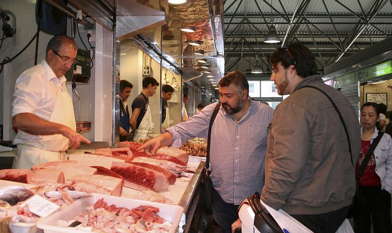 El chef Frank Camorra visitó el mercado del Carmen.