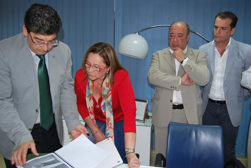 Un momento de la visita de Diego Valderas al Ayuntamiento de Isla Cristina.
