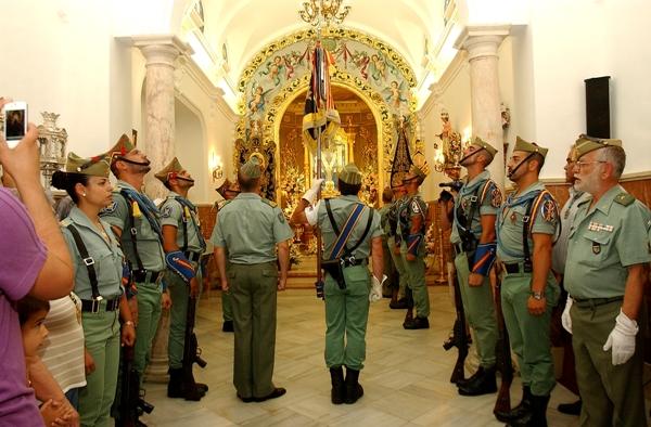 Los legionarios durante la ofrenda floral a la Santa Cruz de la Calle Cabo en 2012.