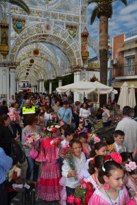Cientos de niños y niñas han participado en la ofrenda.