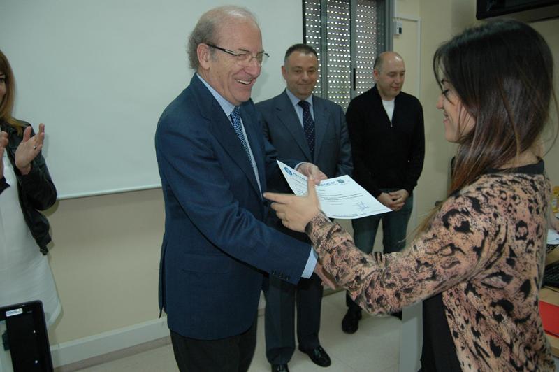 El alcalde de Huelva, Pedro Rodríguez, entregó certificados a quienes culminación el primer curso de 'Redes'.