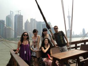 Con compañeros del Cervantes, en el Galeón de Andalucía en Shanghai para la Expo 2010.