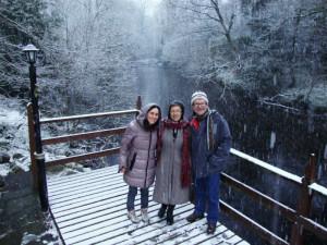 Lola Rodríguez, con sus padres en Glendalough (Irlanda).