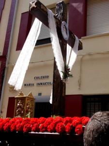 La cruz lleva como emblema la imagen de Sor Ángela de la Cruz, fundadora del colegio María Inmaculada.