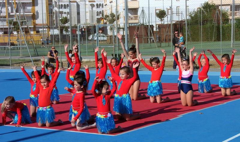 Una exhibición de gimnasia rítmica en la clausura de las Escuelas en El Portil.