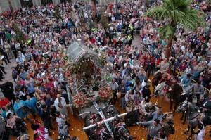 El Simpecado recibió la tradicional petalada en el Ayuntamiento de Huelva.