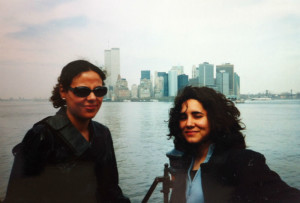 En Nueva York, en el año 2000, con las desaparecidas torres gemelas al fondo y su amiga Noemí.