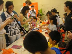 En el Instituto Cervantes de Pekín durante un taller con niños.