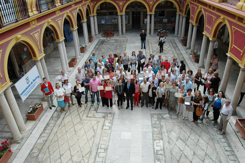 Los participantes en el I Certamen de Pintura Rápida reciben sus reconocimientos y diplomas