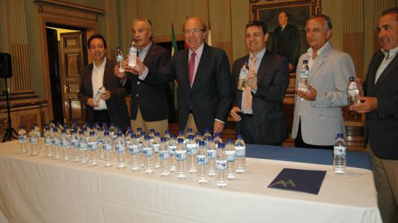 Un total de 18.000 botellas de medio litro de agua son donadas a las hermandades rocieras onubenses