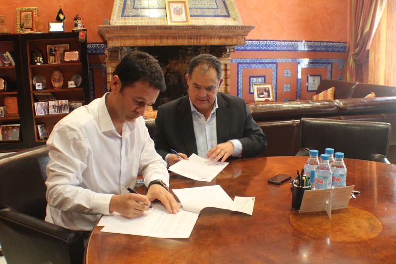 El alcalde, Juan Carlos Lagares, y el administrador de Edificaciones Digedur, Juan Manuel Domínguez Gómez.